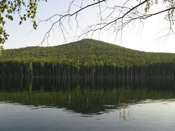 Вид горы с острова Веры на озере Тургояк